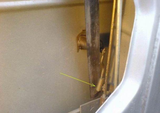 Фото двери ВАЗ где надо поддеть проволокой
